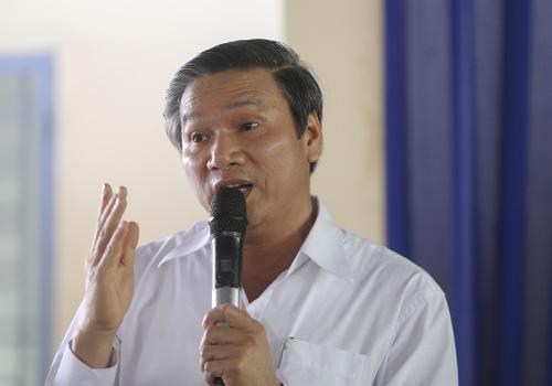 Ông Tân giải thích với người dân. Ảnh: Nguyễn Đông.