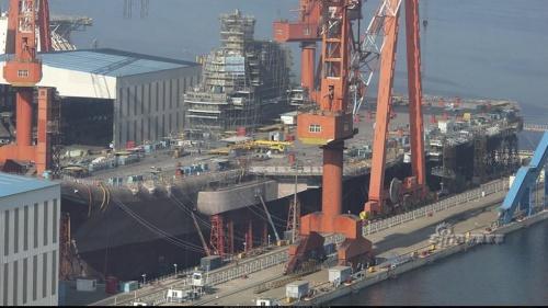Tàu sân bay tự đóng đầu tiên của Trung Quốc ở xưởng đóng tàu Đại Liên. Ảnh: Xinhua.
