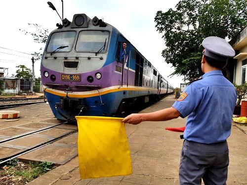 Nhân viên trực ban hướng dẫn tàu khách dừng lại tránh tàu ở ga Dầu Giây chiều 27/2. Ảnh: Phước Tuấn.