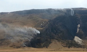 Thác nước chảy ngược ở Iceland