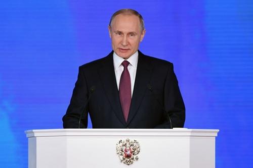 Tổng thống Nga Vladimir Putin đọc thông điệp liên bang trước các nghị sĩ quốc hội và khách mời tại trung tâm triển lãm Manezh, Moscow, ngày 1/3. Ảnh:AFP.
