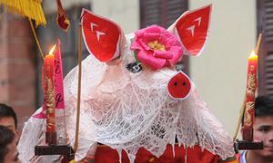 Tô mắt, dán mũi lợn để rước quanh làng trong đêm ở Hà Nội