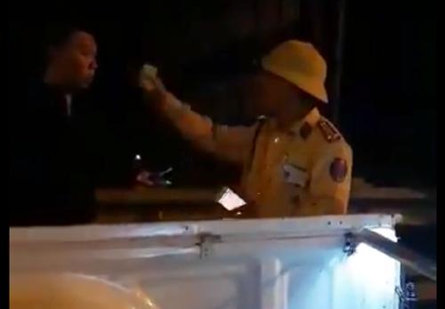 Trung tá CSGT chỉ vào mặt người quay video. Ảnh Cắt từ clip.