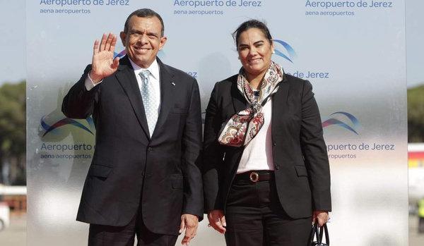 Cựu tổng thống Porfirio Lobo và vợ
