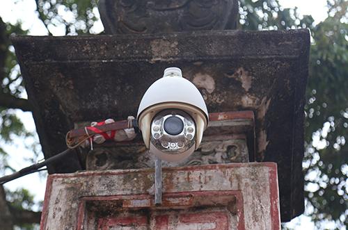 Camera giám sát quanh khu vực diễn ra lễ hội. Ảnh: Phạm Dự.