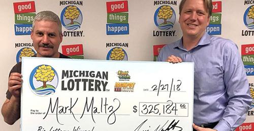 ÔngMark Maltz (trái) nhận giải thưởng xổ số325.184 USD