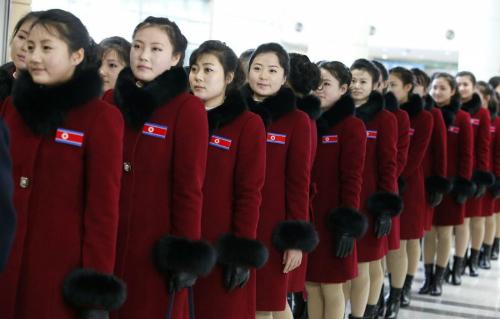 Đội cổ vũ Triều Tiên ngày 26/2 từ Hàn Quốc trở về Triều Tiên sau khi dự Olympic. Ảnh: AFP.