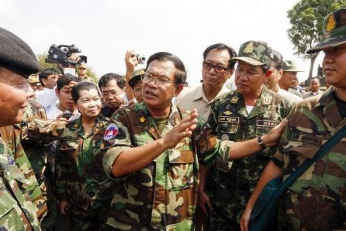 Thủ tướng Campuchia Hun Sen (giữa). Ảnh: PhnompenhPost.