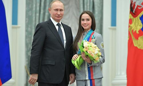 Tổng thống Nga Vladmir Putin và nữ vận động viên trượt băng nghệ thuậtAlinaZagitova tại lễ vinh danh các vận động viên giành huy chương tại Thế vận hội Mùa ĐôngPyeongChang 2018. Ảnh: RT.