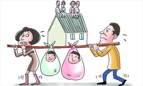 Gánh nặng tài chính lên các cặp vợ chồng Trung Quốc nếu đẻ hai con. Ảnh: Global Times.