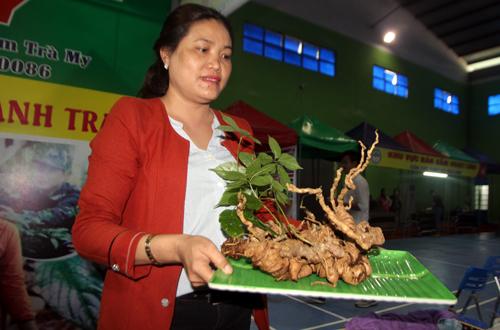 Bà Ngô Thị Minh Thùy bày bán củ sâm tại chợ.Ảnh: Đắc Thành.
