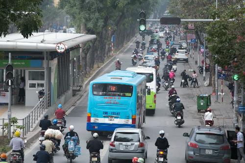 Ngày 2/3, xe máy và xe buýt thường lấn vào làn dành riêng cho BRT. Ảnh: Mạnh Cường