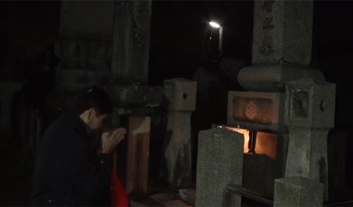 Ông Cao Khánh Tườngviếng mộ cha trong chuyến thăm Nhật tháng 10/2017. Ảnh:NHK World