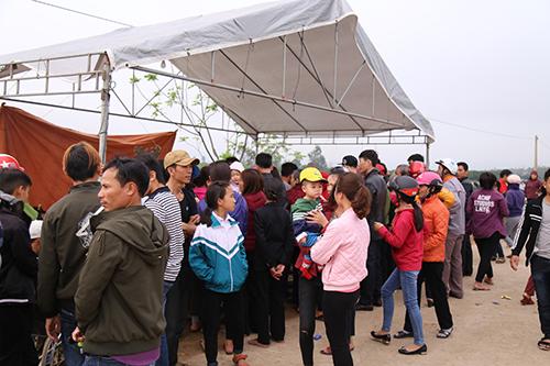Nhà chức trách xã Quảng Văn chờ đến một giờ sáng vẫn không tháo được rạp che ngôi mộ. Ảnh: Hoàng Táo