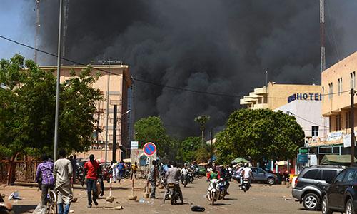 Khói đen bốc cao khi thủ đô Burkina Faso bị tấn công. Ảnh: AFP.