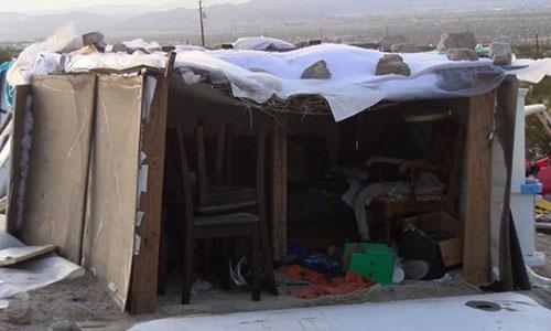 Chiếc hộp nơi ba đứa trẻ sống trong 4 năm qua. Ảnh: CNN.