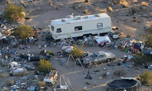 Gia đình nhà Panico sống ở khu vực đầy rác, không có điều kiện sống thiết yếu. Ảnh: CNN.