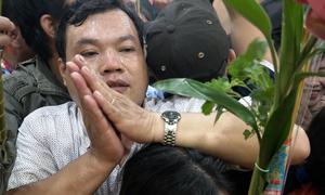 Hàng nghìn người chen lấn cầu an ở chùa Bà Bình Dương