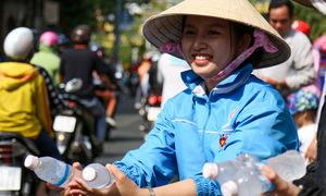 Người dân Bình Dương phát nước, thức ăn cho khách đi chùa Bà