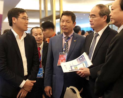 Bí thư Thành ủy TP HCM Nguyễn Thiện Nhân nói chuyện với nhà sáng tạo trẻ trong một hội thảo về đề án thành phố thông minh. Ảnh: Tuyết Nguyễn.