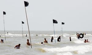 Cờ in hình đầu lâu cảnh báo ao xoáy dày đặc ở bãi biển Vũng Tàu