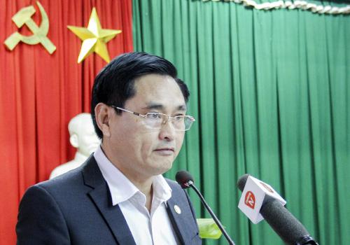 Phó chánh Văn phòng UBND TP Đà Nẵng đọc thông báo chủ trương dừng hoạt động hai nhà máy cho người dân nghe. Ảnh: Đ.X.