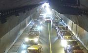 Tài xế Trung Quốc dẹp đường cho xe cứu thương trong hầm đường bộ