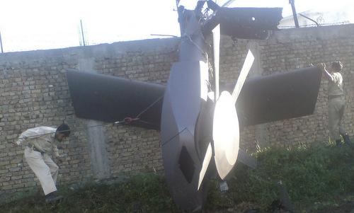 Đuôi trực thăng bị rơi trong cuộc đột kích khu nhà của bin Laden. Ảnh: Wired.