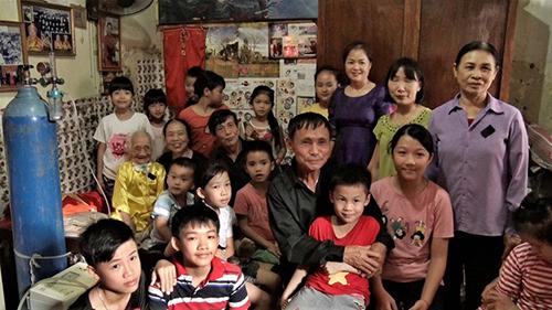 Bà Nguyễn Thị Xuân (áo vàng) cùng con cháu trong lễ giỗ chồng. Ảnh: NHK World