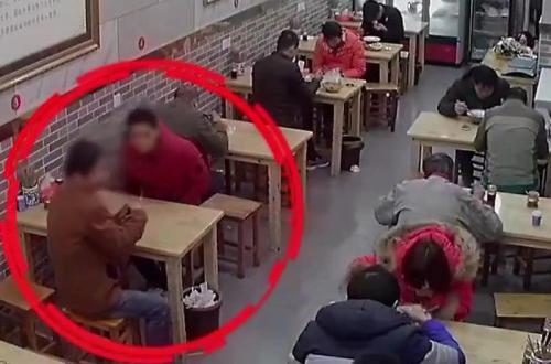 Hai kẻ bắt cóc (trong vòng khoanh đỏ) tại quán cơm.