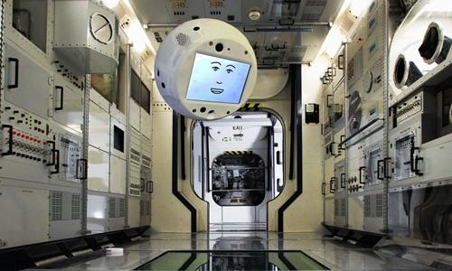 Robot CIMON sẽ cùng làm việc với phi hành đoàn trên trạm ISS. Ảnh: Airbus.