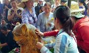 Du khách chen chân xức dầu lên tượng hổ trong ngôi chùa ở Hà Tĩnh