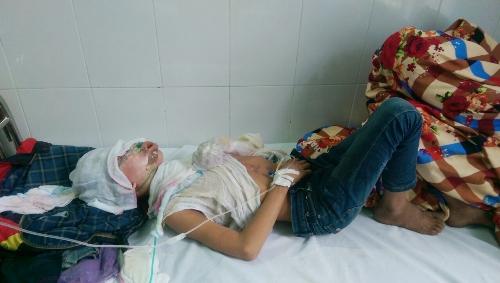 Hoa và Đắc được điều trị tại Trung tâm y tế huyện Hải Hà. Ảnh: Thanh Trường