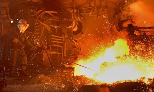 Công nhânlàm việc trong một nhà máy sắt thép ở Trung Quốc. Ảnh: Reuters.