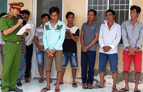 Cảnh sát đọc lệnh bắt các thành viên băng trộm ngư lưới cụ trên biển Tây Nam. Ảnh: Lan Vy