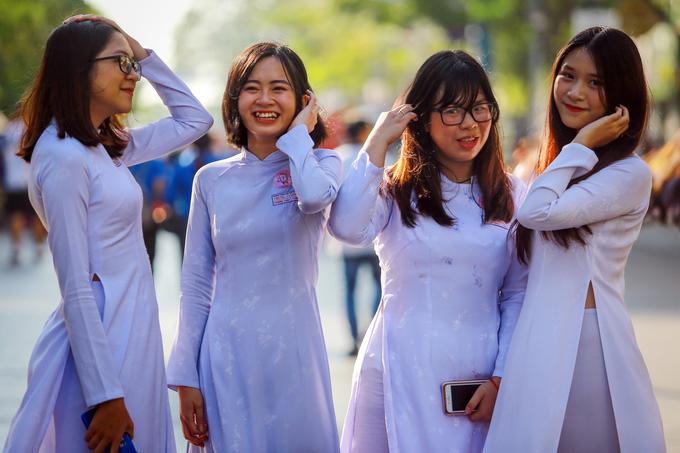 Nữ sinh Sài Gòn đồng diễn áo dài trên phố đi bộ Nguyễn Huệ