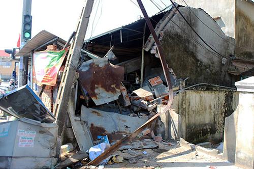 Phía trước nhà người dân đổ sập khi xe tải lao vào.