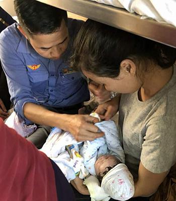 Cháu bé ra đời trên tàu Bắc Nam. Ảnh: Đoàn tiếp viên đường sắt Hà Nội.