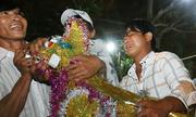 Người dân phá rào, tranh lộc trong lễ hội ở miền Tây