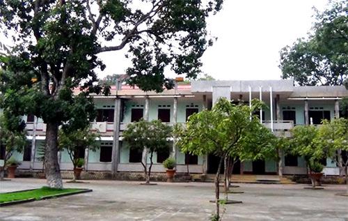 Ngày học chính khoá nhưng Trường THPT Ba Đình cho học sinh nghỉ học để thầy cô đi giao lưu.