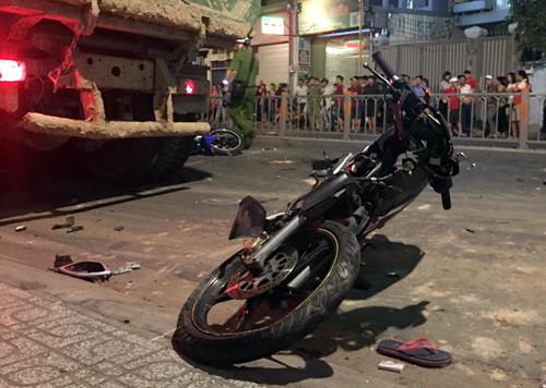 Xe ben lao vào hàng loạt xe máy trên đường Phan Văn Trị, quận Gò Vấp. Ảnh: Sơn Hoà.