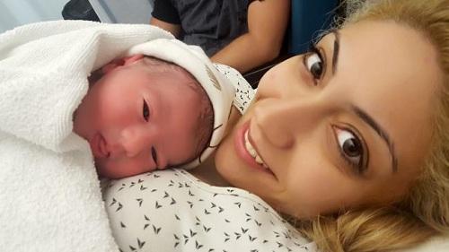 Lamprou thừa sữa sau khi sinh con trai 7 tháng trước. Ảnh: Independent.
