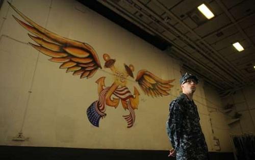 Một binh sĩ hải quân đứng cảnh hình vẽ biểu tượng tàu. Ảnh: AFP.