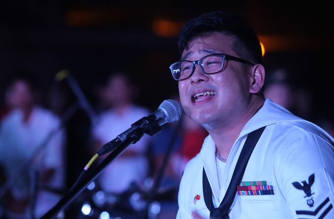 Hải quân Mỹ hát cho người dân Đà Nẵng nghe