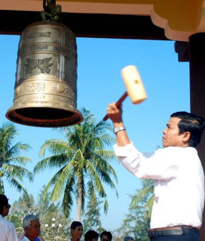 Quả chuông đồng trong tháp chuông hòa bình Khu chứng tích Sơn Mỹ. Ảnh: Trí Tín.