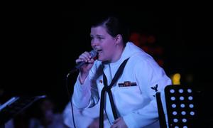 Nữ hải quân Mỹ hát 'Nối vòng tay lớn'