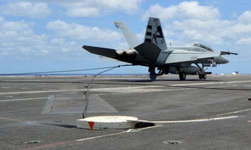 Tiêm kích F/A-18F móc trúng cáp hãm đà trên tàu sân bay. Ảnh: USNI.