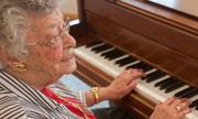 Cụ bà Mỹ 103 tuổi chơi đàn piano theo trí nhớ