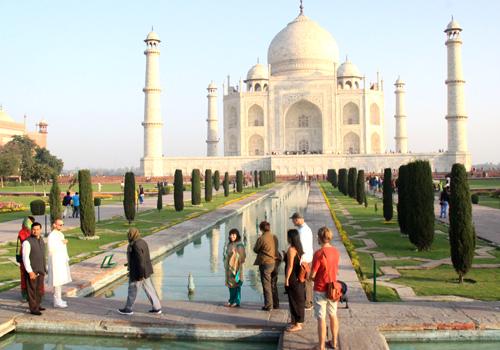 Du khách tham quan đền thờ Taj Mahal. Ảnh: Đ. Loan.