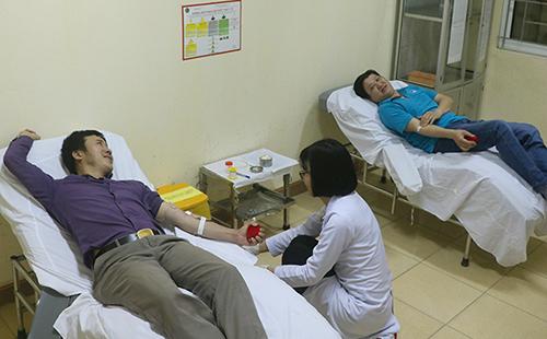 Thầy Hùng (áo tím) và anh Quân (áo xanh) làm xét nghiệm để hiến máu tại Bệnh viện Đa khoa Hà Tĩnh. Ảnh: Đức Hùng